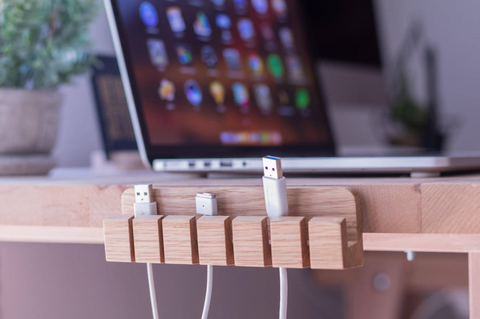 Office-organization-ideas-cable-holder